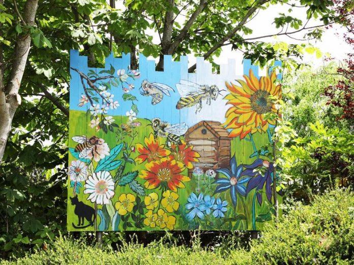 Gevelschilderij met bloemen en bijen