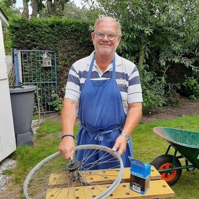 Robert herstelt een fiets