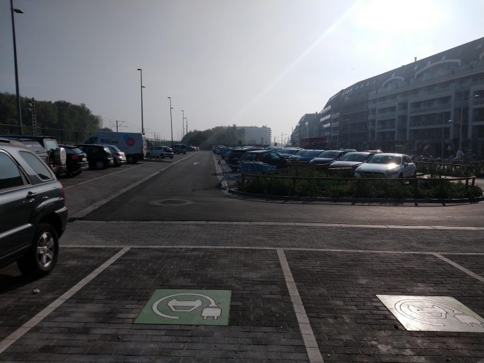 Parkeerplaats om elektrisch op te laden