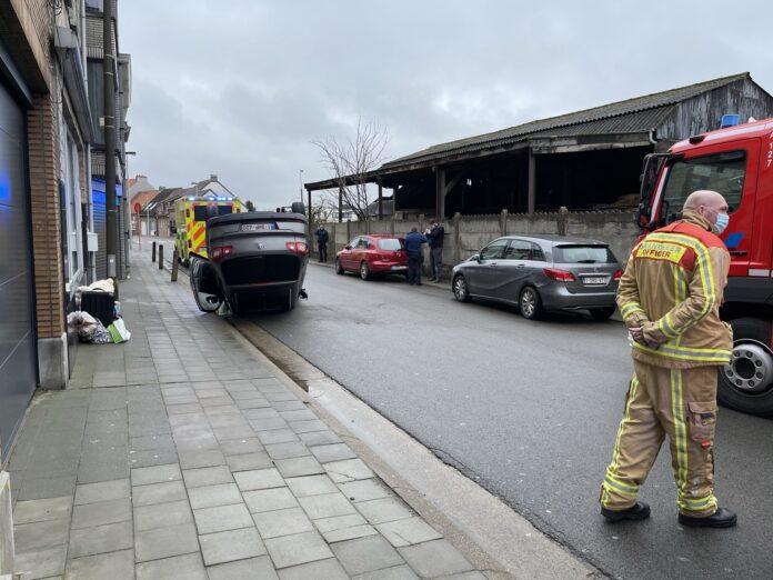 Wagen belandt op zijn dak na klap tegen geparkeerd voertuig